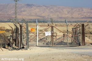 Cancello che impedisce ai Palestinesi l'accesso a un terreno presso il fiume Giordano. 8 agosto 2012. Foto Ahmad Al-Bazz/Activestills.org